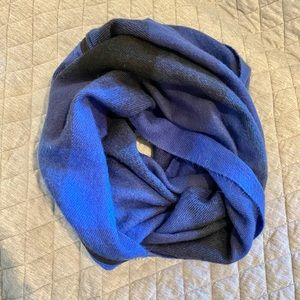 Soft and vibrant blue Betsy Johnson scarf🧣